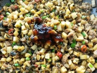 下饭菜春笋腌菜炒肉末,一勺蚝油和少许盐调味。