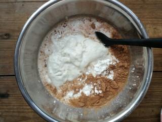 蔓越莓巧克力软欧,主面团的粉类材料放在盆中,投入白砂糖和酵母,加入制作好的波兰酵种和牛奶
