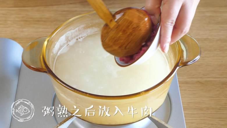 豆腐蛋花牛肉粥,粥煮好,倒入牛肉碎、豆腐碎,搅拌均匀