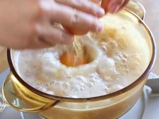 豆腐蛋花牛肉粥,打入一个鸡蛋