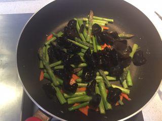 芦笋木耳炒鸡蛋,加入泡发好的木耳继续翻炒。