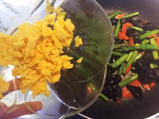 芦笋木耳炒鸡蛋,最后加入炒好的鸡蛋。