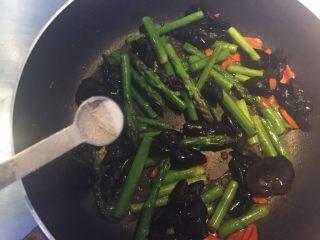 芦笋木耳炒鸡蛋,加入少量盐。