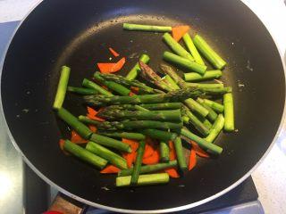 芦笋木耳炒鸡蛋,热锅下油,倒入芦笋和胡萝卜翻炒均匀。