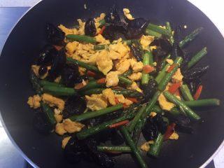 芦笋木耳炒鸡蛋,翻炒均匀后即可出锅。