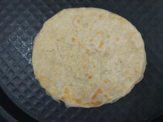 家常烙饼,电饼铛预热下盘,锅底刷一层油,放入饼胚,不需要油多,油多表层容易硬。烙一会儿,顶层刷薄薄一层油,同样不需要多,期间根据情况翻几次面。大约六分钟,两面金黄,饼鼓起就好了。