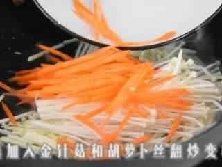 玲珑剔透翡翠白云卷,既好吃造型也美观。,再加入金针菇和胡萝卜丝翻炒至变软