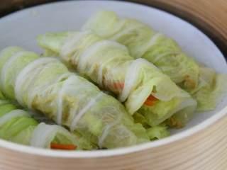 玲珑剔透翡翠白云卷,既好吃造型也美观。,把馅料放到菜叶上,包成菜卷,移入蒸锅蒸5分钟