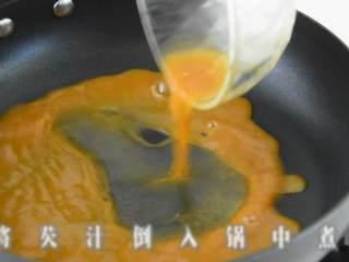 玲珑剔透翡翠白云卷,既好吃造型也美观。,将勾芡汁倒入锅中煮开