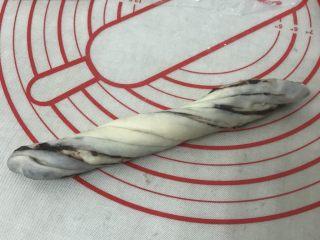 豆沙花朵小餐包,用手捏住两头朝反方向拧上几圈