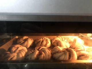豆沙花朵小餐包,送进提前预热好的烤箱中层上下火180度25分钟,上色满意后立即加盖锡纸