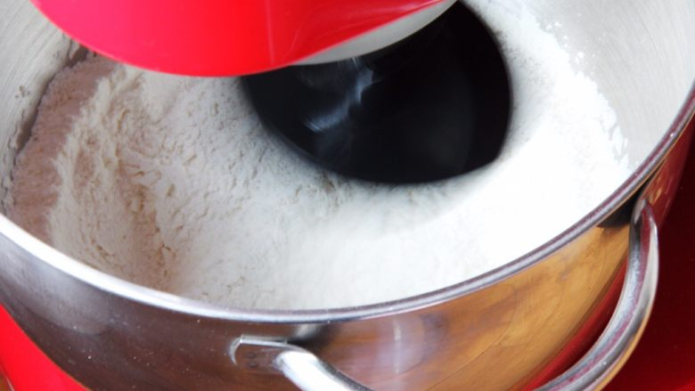 起酥面包,将高筋粉、<a style='color:red;display:inline-block;' href='/shicai/ 1124'>奶粉</a>、<a style='color:red;display:inline-block;' href='/shicai/ 702'>泡打粉</a>、盐和细砂糖倒入厨师机搅拌均匀。