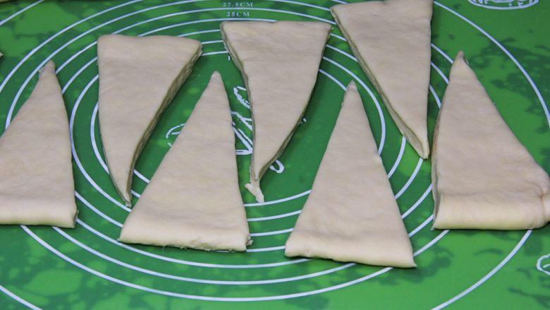 起酥面包,用刀切成三角形,大小要一样。