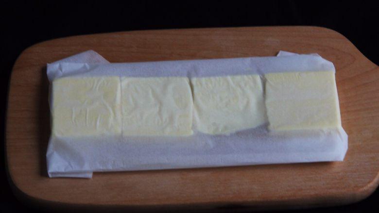 起酥面包,黄油放入烤盘纸中,折叠30*15左右的长方形。