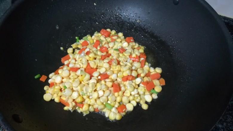 金灿灿的玉米炒饭,下玉米粒爆炒后加一点水焖煮