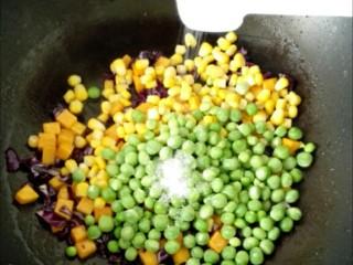松仁玉米,加糖、盐,加一点水淀粉翻炒