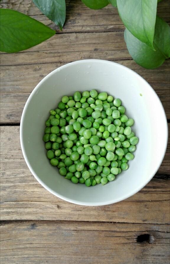 松仁玉米,青豆洗净焯水煮3-5分钟,备用