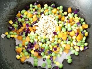 松仁玉米,最后加入松子、关火,拌匀。