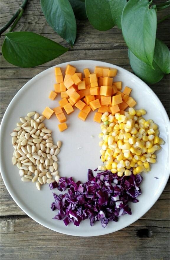 松仁玉米,南瓜切丁、紫甘蓝切丁