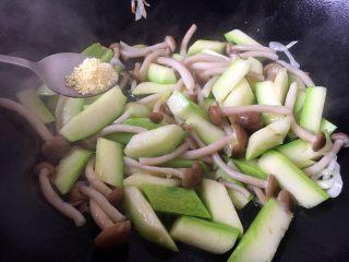 鸡蛋炒小西葫芦蟹味菇,放入适量的鸡精提鲜。