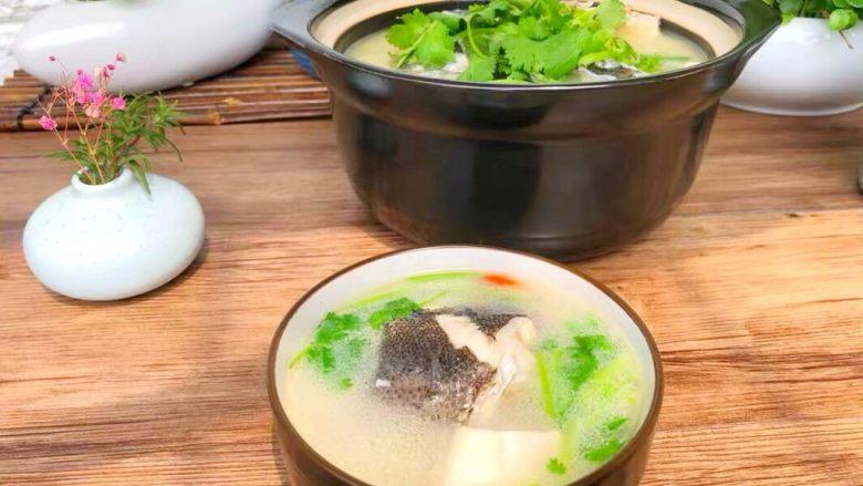 鱼头豆腐汤,出锅以后放上香菜
