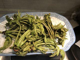 凉拌香椿,捞出香椿芽,放温热以后切掉根部