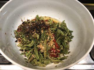 凉拌香椿,加入适量盐、生抽、花椒油、柴火糊辣椒面