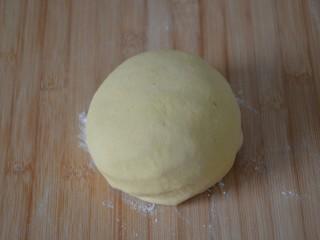 玉米面窝窝头,揉搓成不粘手的面团,此时的面团约373克。