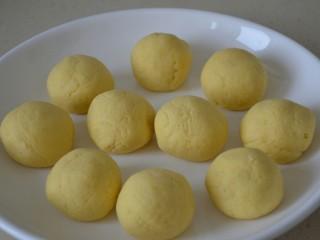 玉米面窝窝头,分成10个小剂子,每个剂子约37克。