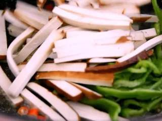 """春天的""""野菜"""",比肉还好吃!,下香干丝、青椒丝,翻炒均匀"""