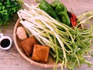 """春天的""""野菜"""",比肉还好吃!,青椒、香干、姜切丝,小米椒切圈备用"""