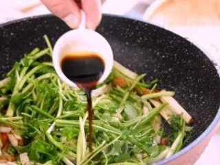 """春天的""""野菜"""",比肉还好吃!,炒软后加入水芹叶,淋上生抽,翻炒均匀即可"""