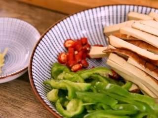 """春天的""""野菜"""",比肉还好吃!,·食材·  水芹    150g、香干   30g、青椒   20g、小米椒   3g 生抽    10g、盐   3g、糖   5g、生姜   5g"""