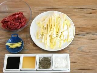 嫩滑的肉丝配上清香的春笋,这大概就是春天的味道,【主料】:牛里脊400g|春笋2颗 【辅料】:淀粉2勺|料酒2勺|生抽1勺|姜丝少许|黑胡椒粉少许