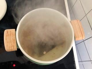 低脂什蔬米线,汤里入酱油和盐调味。过滤,得到高汤。先放一边。