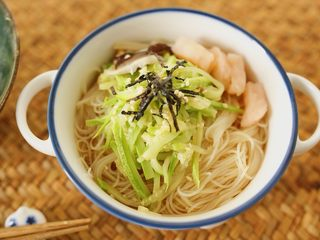 低脂什蔬米线,摆好配菜,上面点缀海苔丝和白芝麻