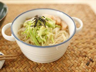 低脂什蔬米线,碗里摆上入米线,浇上高汤