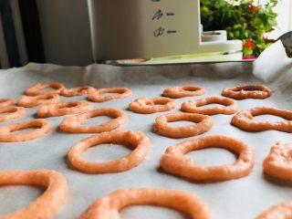 虾肉圈,在烤纸上均匀的挤好所有的虾圈,此刻已经有想吃的冲动了。