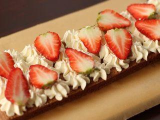 草莓裸蛋糕,取一块蛋糕片,挤一层奶油,铺一层草莓