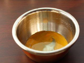 草莓裸蛋糕,蛋黄中加入玉米油