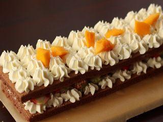 草莓裸蛋糕,再叠一层蛋糕片,挤奶油霜,放芒果块