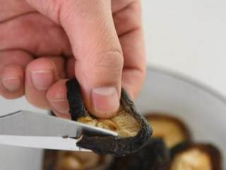 满口稣香,酸甜可口的爆素鳝丝, 香菇去蒂后剪成10CM左右丝状,放入盘中。