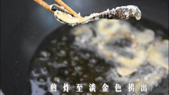 满口稣香,酸甜可口的爆素鳝丝, 放入油锅,煎炸至淡金色捞出。