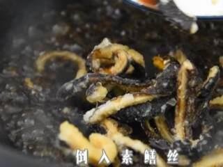 满口稣香,酸甜可口的爆素鳝丝,倒入素鳝丝,翻炒裹上汁后出锅。
