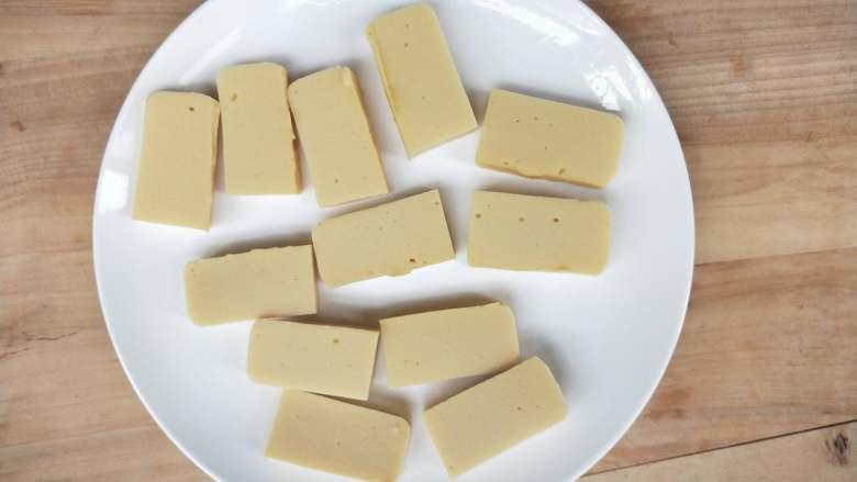 酸酸甜甜炸鹰嘴豆糕,切大小合适的块。