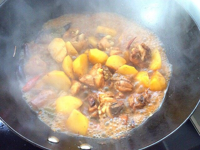 大盘鸡拌面,鸡肉土豆也熟了,汤汁不能煮干,要留一些