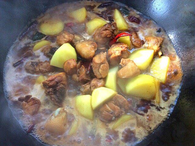 大盘鸡拌面,加入适量的开水,盖上盖子焖煮一会儿