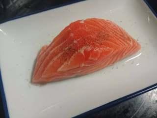 锡纸包烧鲑鱼,三文鱼洗净,用盐和黑胡椒腌制