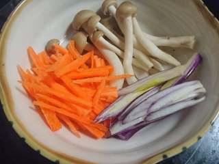 锡纸包烧鲑鱼,洋葱,真姬菇,胡萝卜洗净切丝
