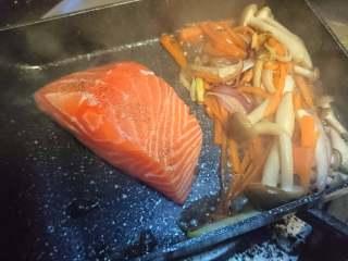 锡纸包烧鲑鱼,真姬菇出汁后,单独煎三文鱼
